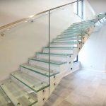 Klatki schodowe ze szklanymi schodami